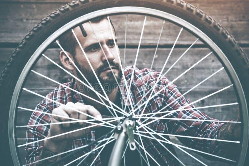 Homme réparant le vélo images libres de droits