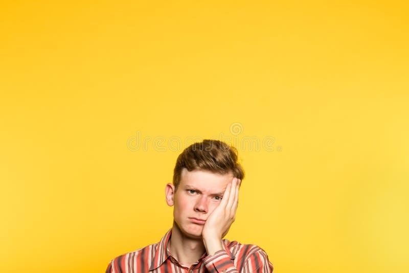 Homme réservé indifférent weariful ennuyé photo stock