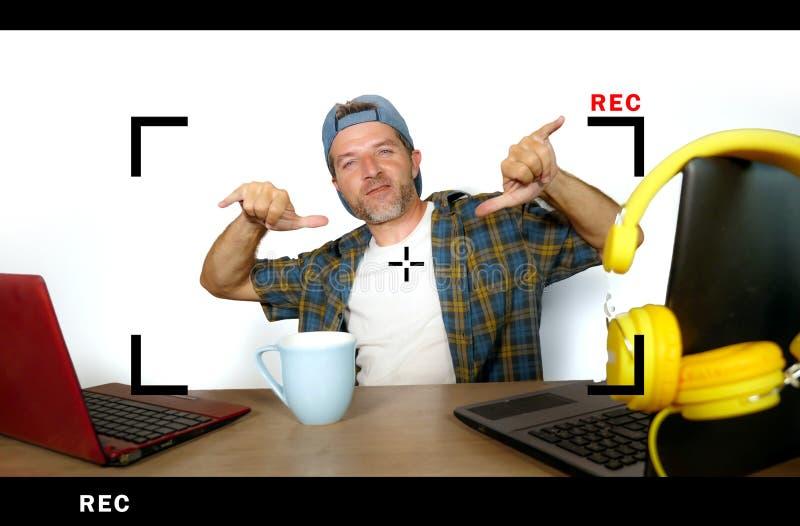 Homme réussi attirant et heureux de blogger d'Internet dans le chapeau américain pendant l'alimentation en ligne expliquant et pa photos libres de droits