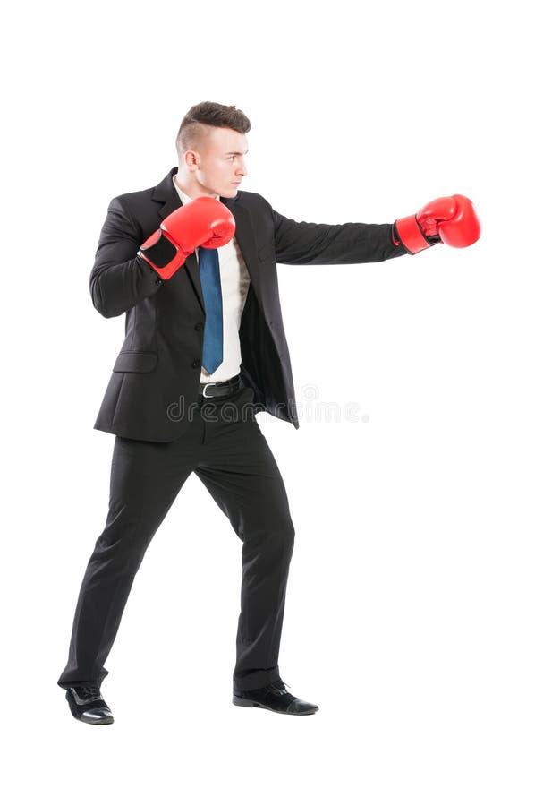 Homme réussi d'affaires combattant comme un boxeur photographie stock