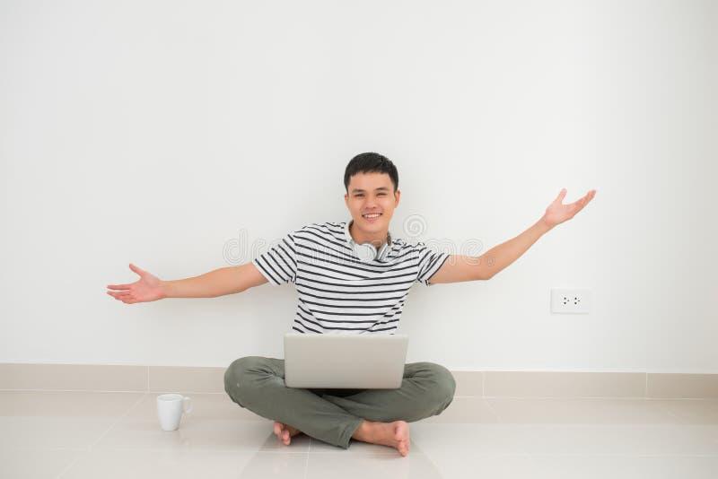Homme réussi en ligne avec des bras vers le haut de - d'isolement au-dessus du fond blanc image libre de droits