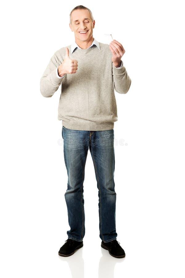 Homme réussi intégral avec la cigarette cassée photographie stock libre de droits