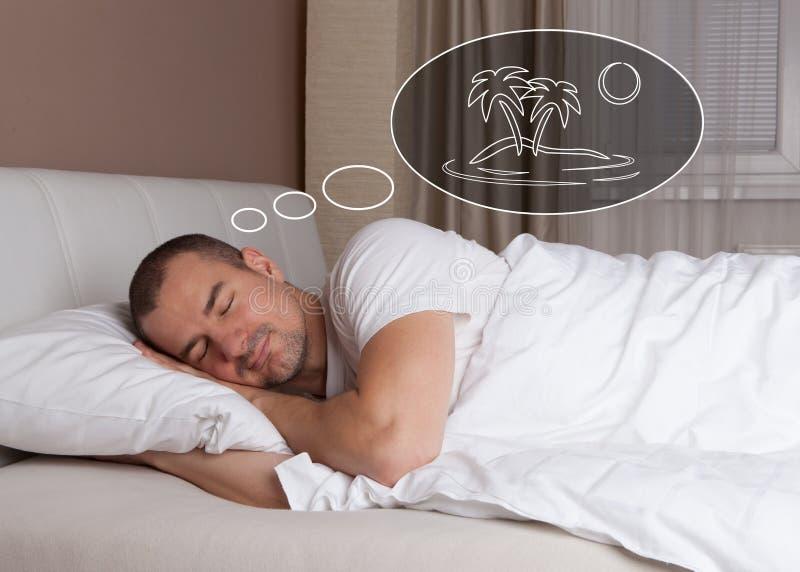 Homme rêvant de ses vacances image libre de droits