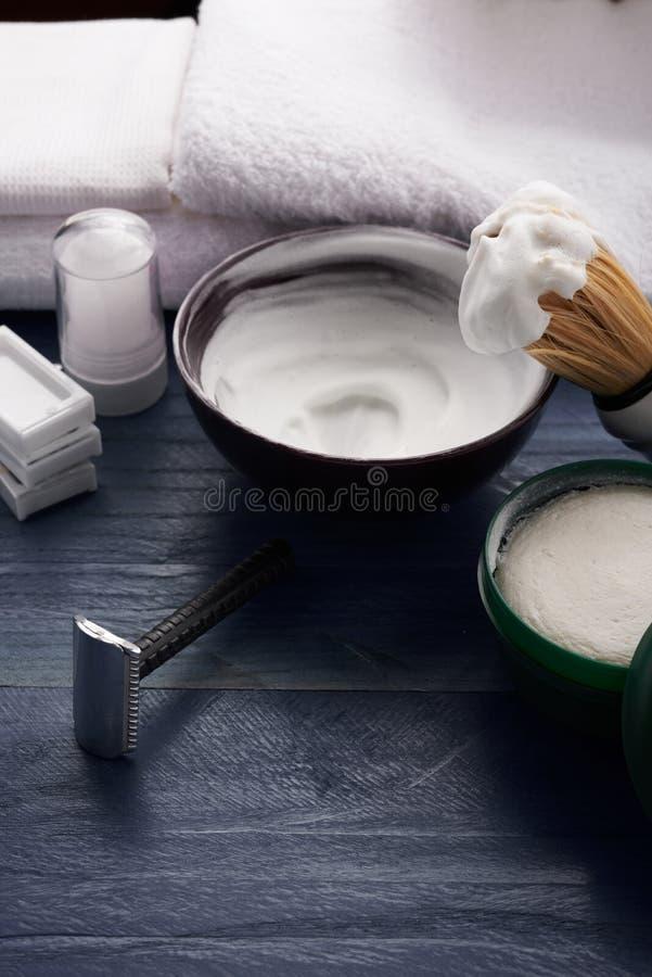Download Homme Rasant La Table En Bois Image stock - Image du lame, homme: 77152955