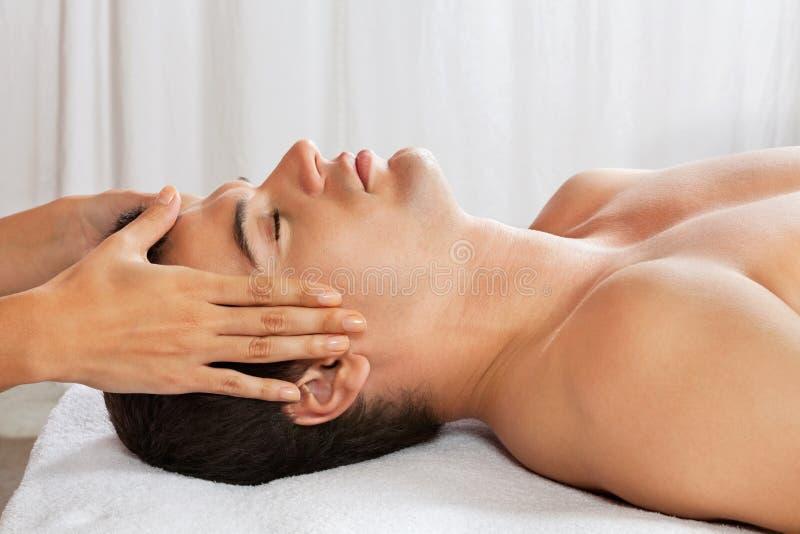 Homme recevant le massage principal à la station thermale photo stock