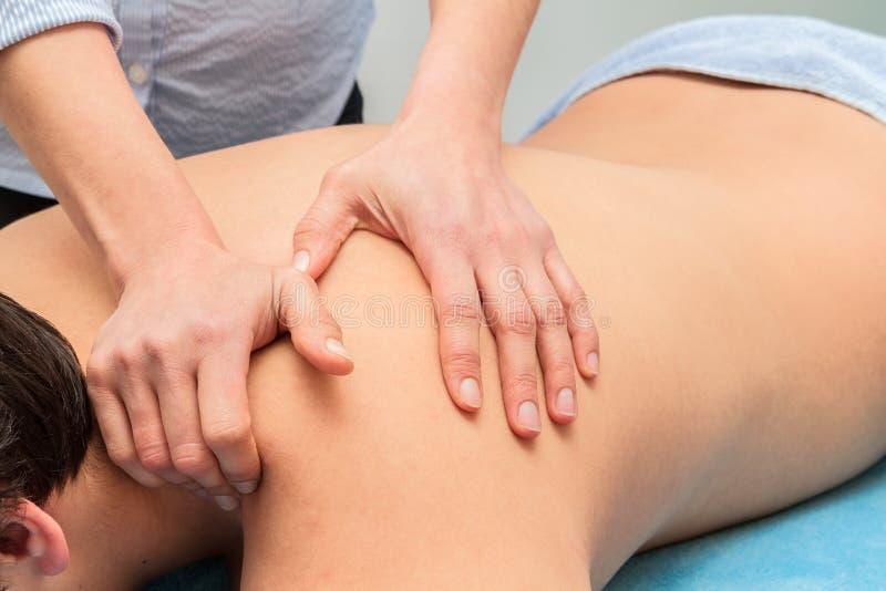 Homme recevant un massage images stock