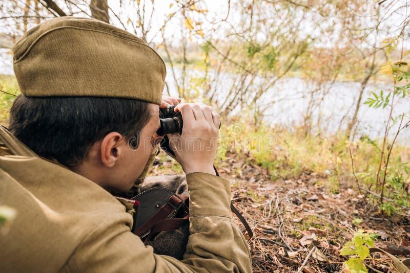 Homme Reenactor habillé en tant que soldat soviétique russe d'infanterie d'armée rouge photos stock
