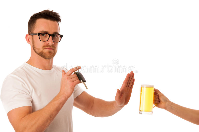 Homme refusant la bière d'alcool montrant la clé de voiture comme geste du don& x27 ; Dr. de t image stock