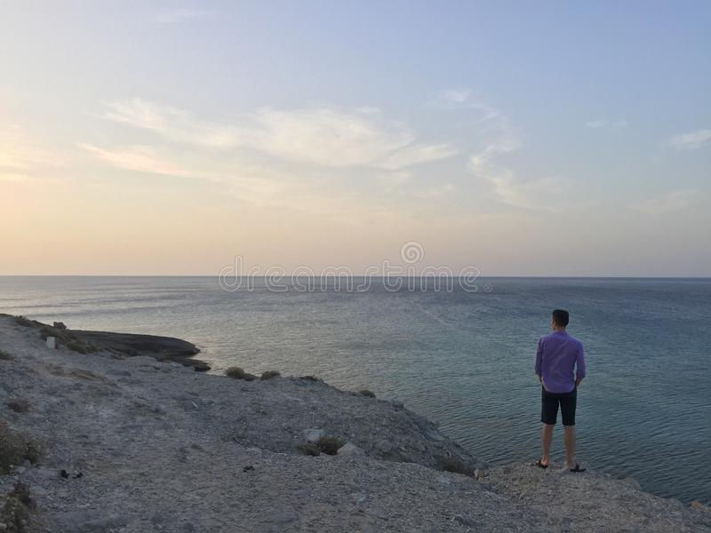 Homme regardant à l'extérieur à la mer photos libres de droits
