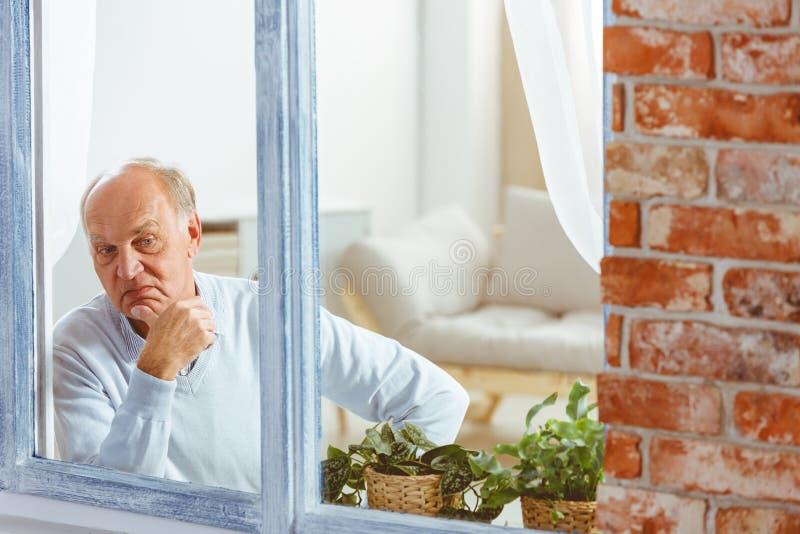 Homme regardant à l'extérieur l'hublot image libre de droits