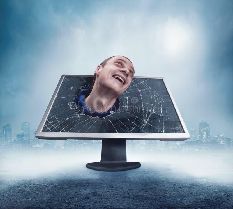 Homme regardant du moniteur criqué images stock
