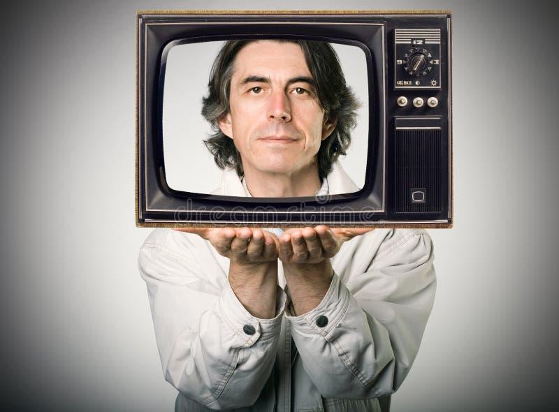 homme regardant hors d'une rétro télévision photo stock