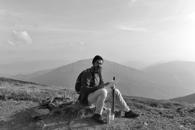 Homme regardant l'appareil-photo L'homme barbu explore l'itinéraire image libre de droits
