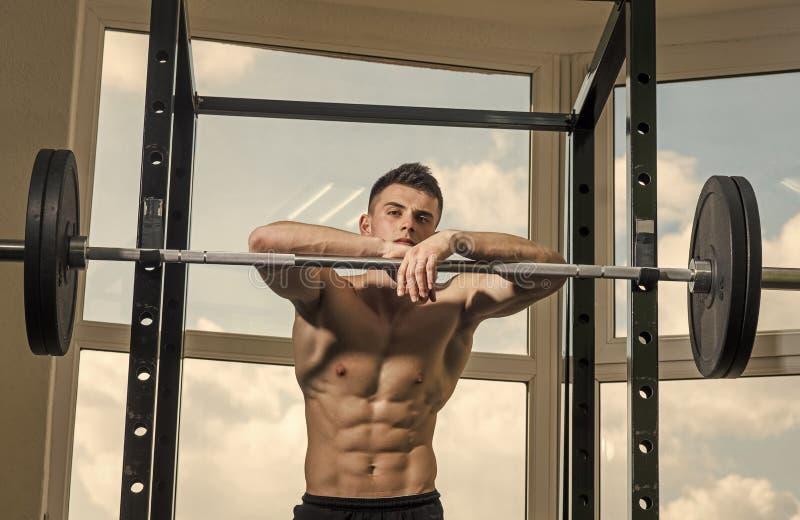 Homme regardant l'appareil-photo Visage beau d'homme Sportif, athlète avec des sembler de muscles attrayants Sport et concept de  image libre de droits