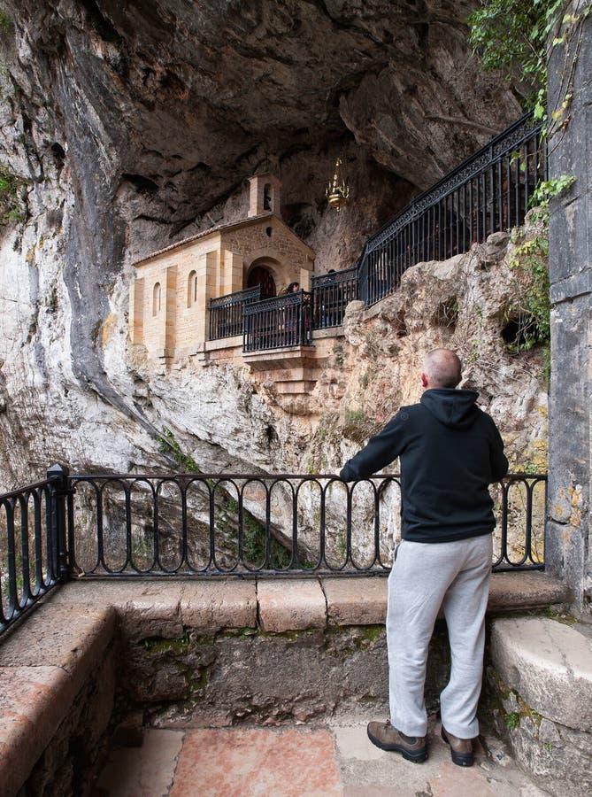 Homme regardant la chapelle de Covadonga photographie stock libre de droits