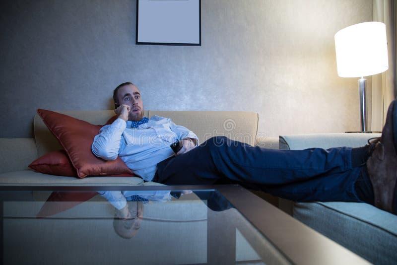 Homme regardant la TV images libres de droits