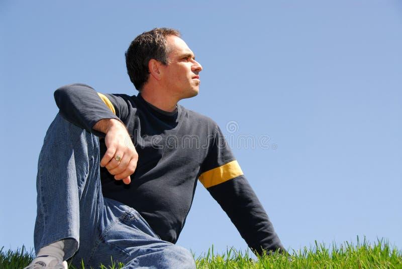 Homme regardant le ciel photo stock