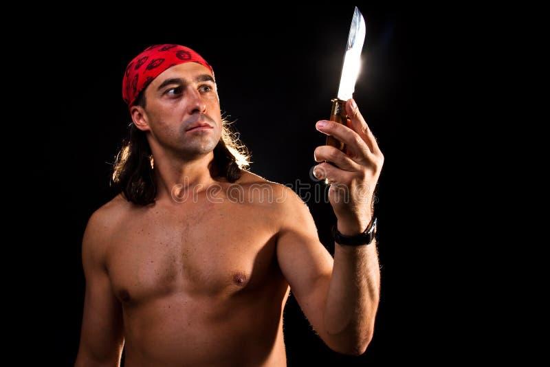 Homme regardant le couteau photos libres de droits