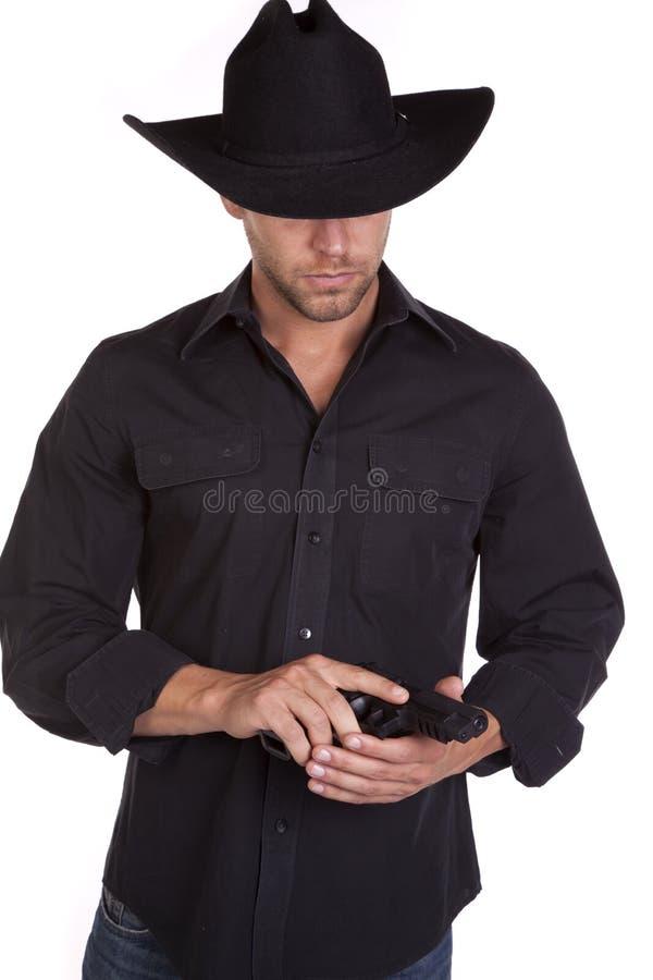 Homme regardant le pistolet image libre de droits