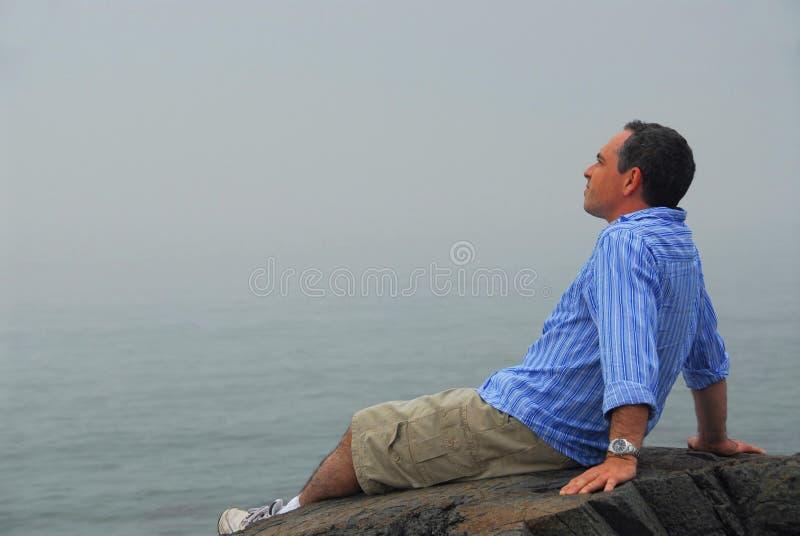 Homme regardant le regain photo libre de droits