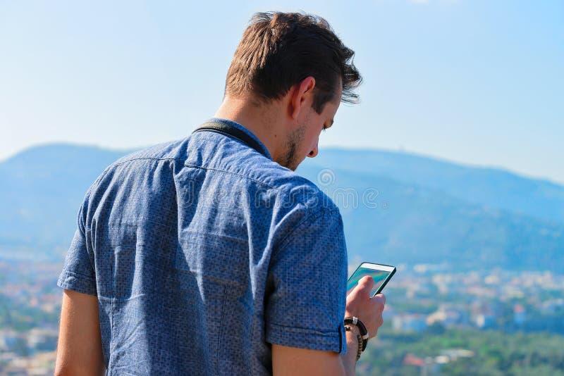 Homme regardant le téléphone portable en Marina Grande Sorrento photo libre de droits