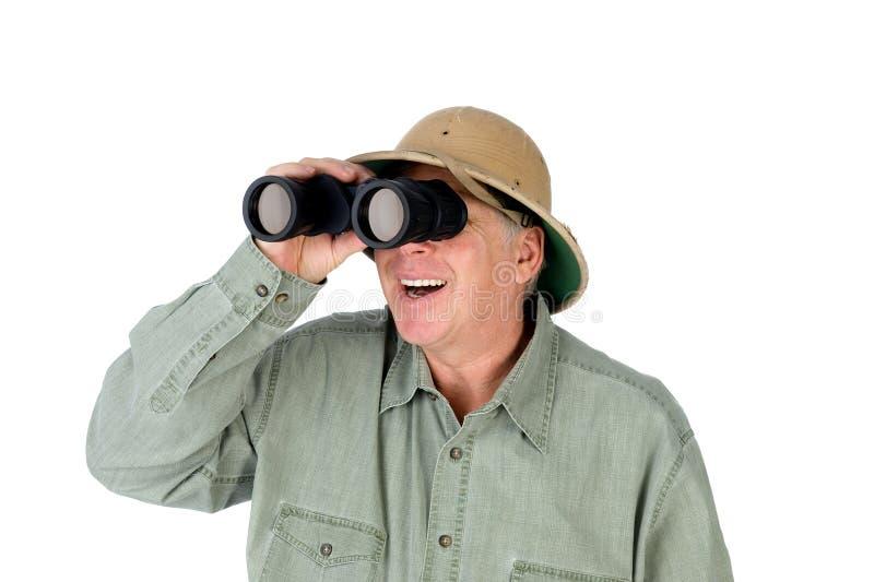 Homme regardant par des jumelles images stock