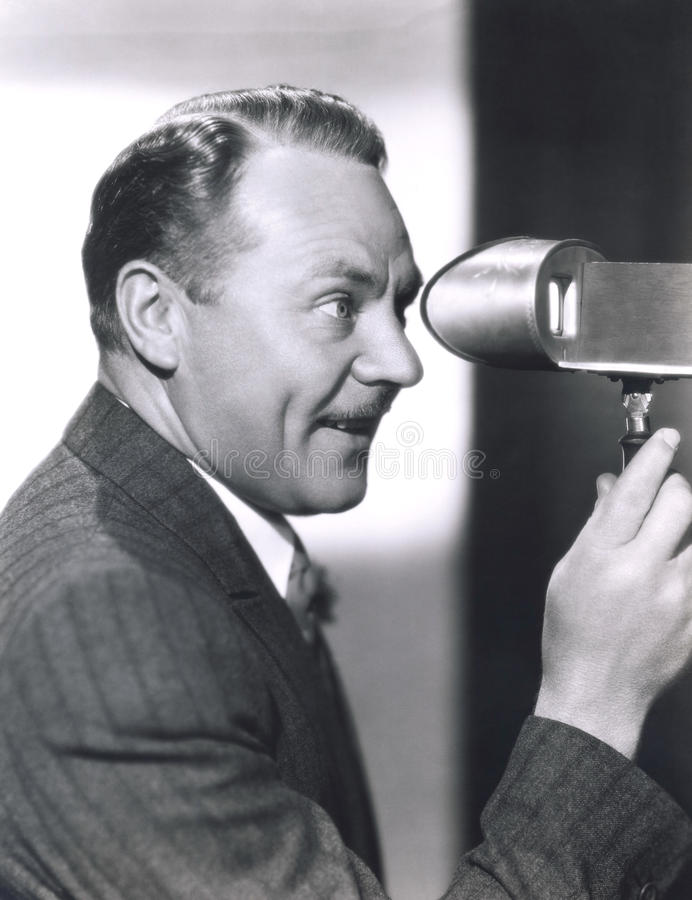 Homme regardant par un viseur photos libres de droits