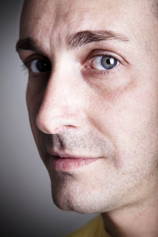Homme regardant sérieux l'appareil-photo photographie stock libre de droits