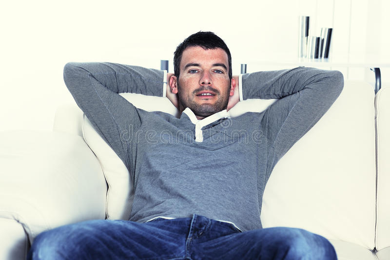Homme Relaxed sur son sofa photos libres de droits