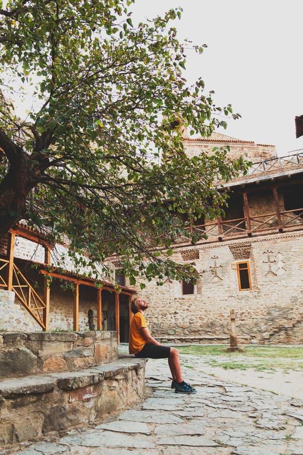 Homme reposant seule la détente sous l'arbre recherchant image stock
