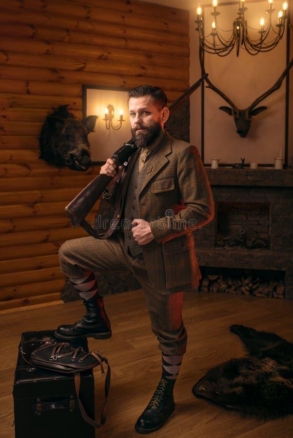 Homme respectable de chasseur avec la vieille arme à feu image libre de droits