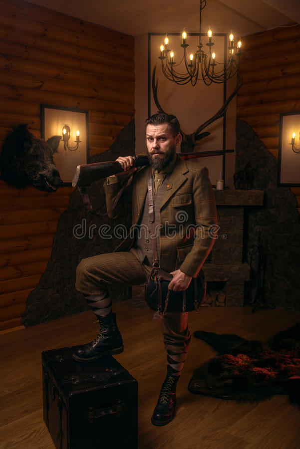 Homme respectable de chasseur avec la vieille arme à feu photographie stock libre de droits