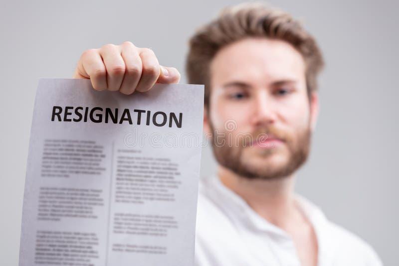 Homme retardant une lettre de démission photographie stock