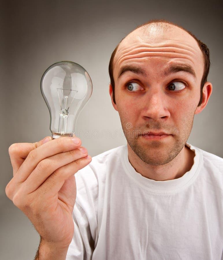 Homme retenant l'ampoule électrique photographie stock