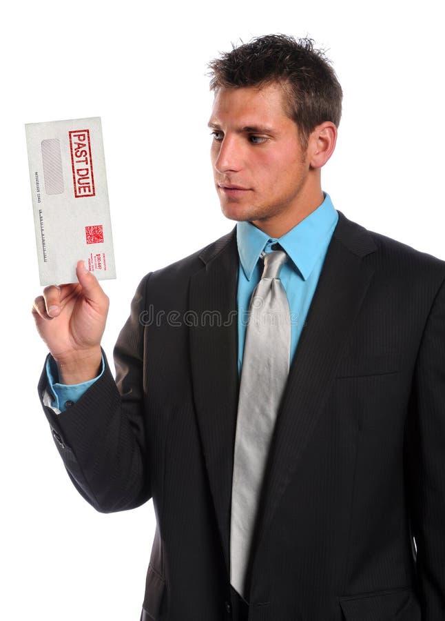 Homme retenant l'enveloppe arriérée images libres de droits