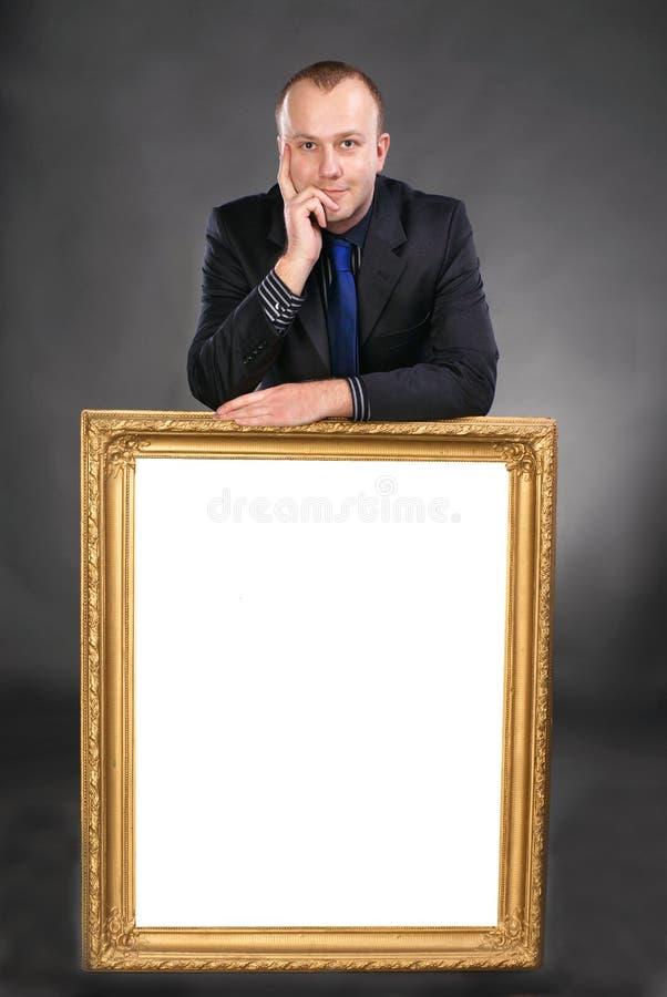Homme retenant la carte blanche vierge dans la trame images stock