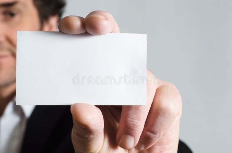 Homme retenant la carte de visite professionnelle vierge de visite photos stock