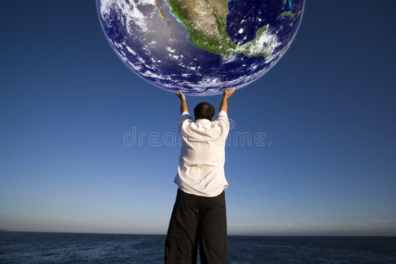 Homme retenant la terre de planète image libre de droits