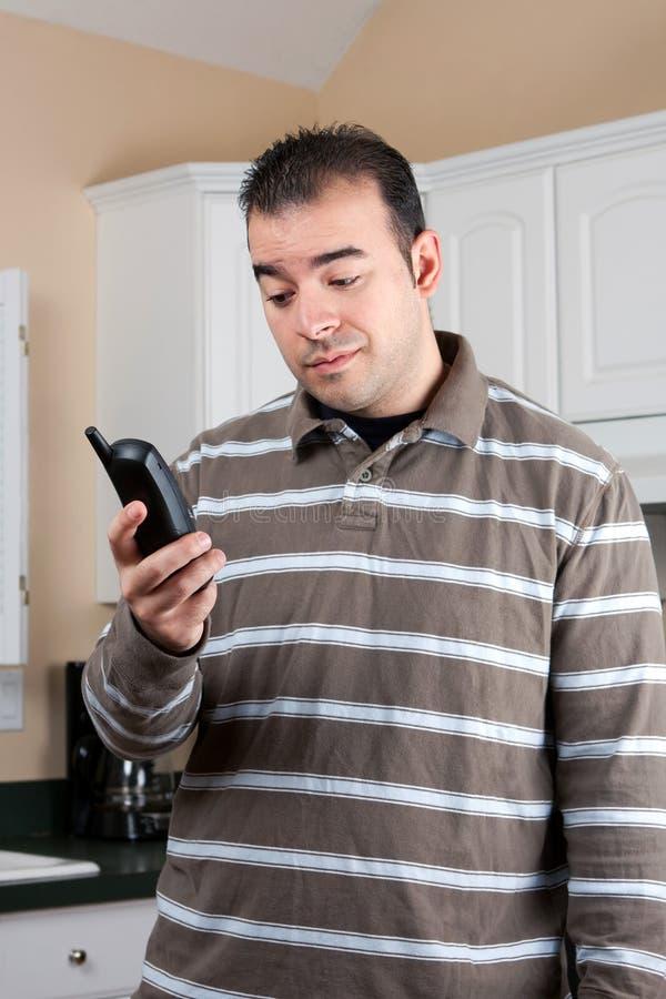 Homme retenant le téléphone sans fil image libre de droits