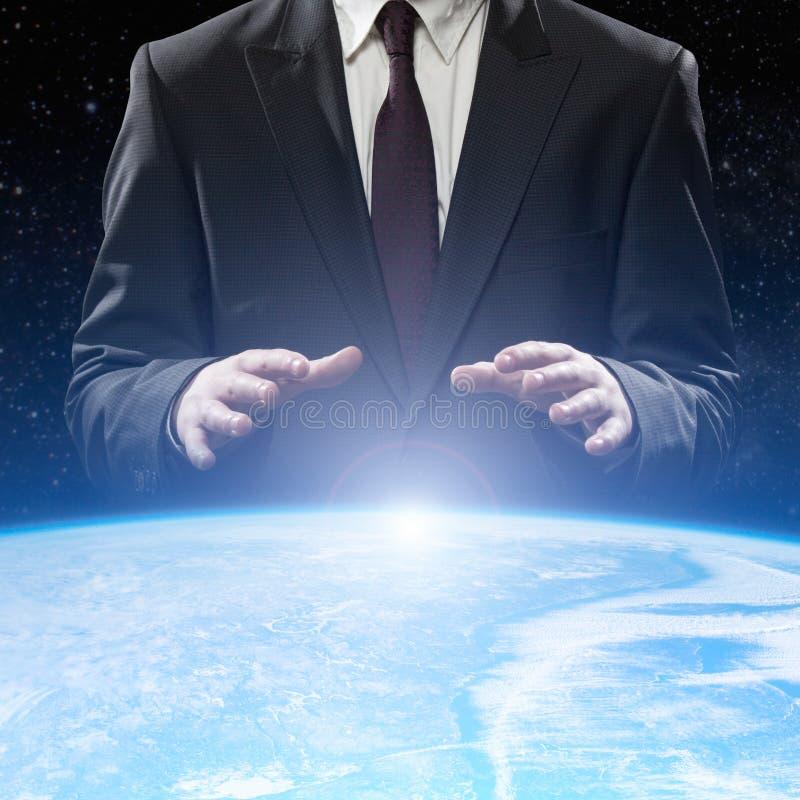 Homme retenant un globe rougeoyant de la terre photo libre de droits