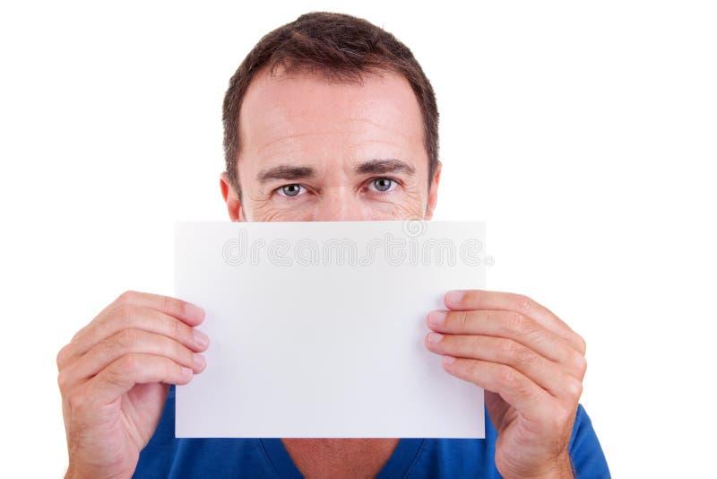 Homme retenant une carte blanche devant le visage images stock