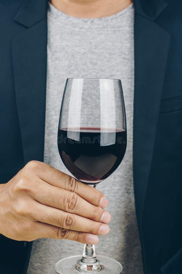 Homme retenant une glace de vin rouge photos libres de droits
