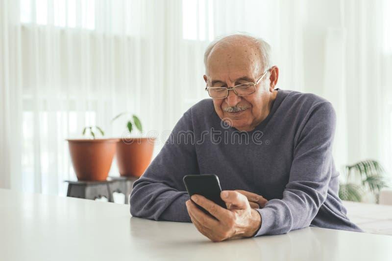 Homme retiré utilisant des informatique à la maison photos libres de droits