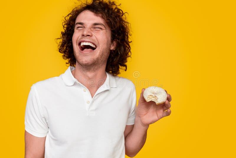 Homme riant avec le beignet image libre de droits