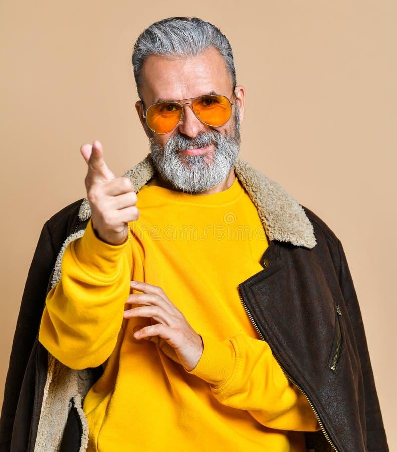 Homme riche élégant supérieur avec une barbe et moustache dans un manteau en cuir images libres de droits