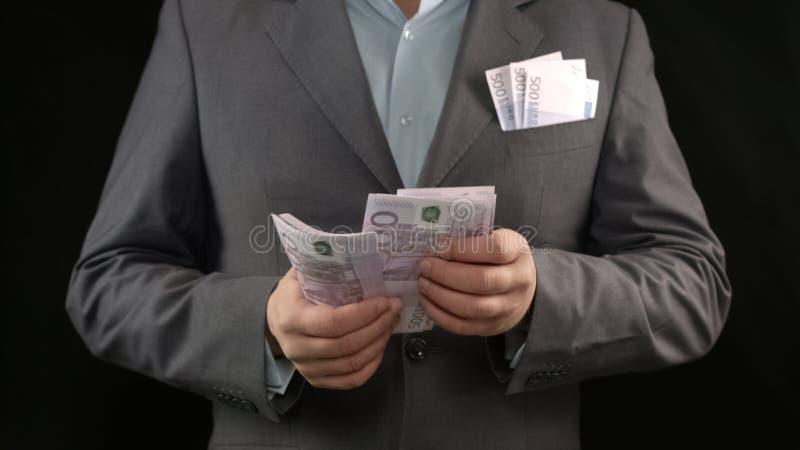 Homme riche comptant la monnaie fiduciaire, gagnant de loterie, projet réussi d'affaires images libres de droits