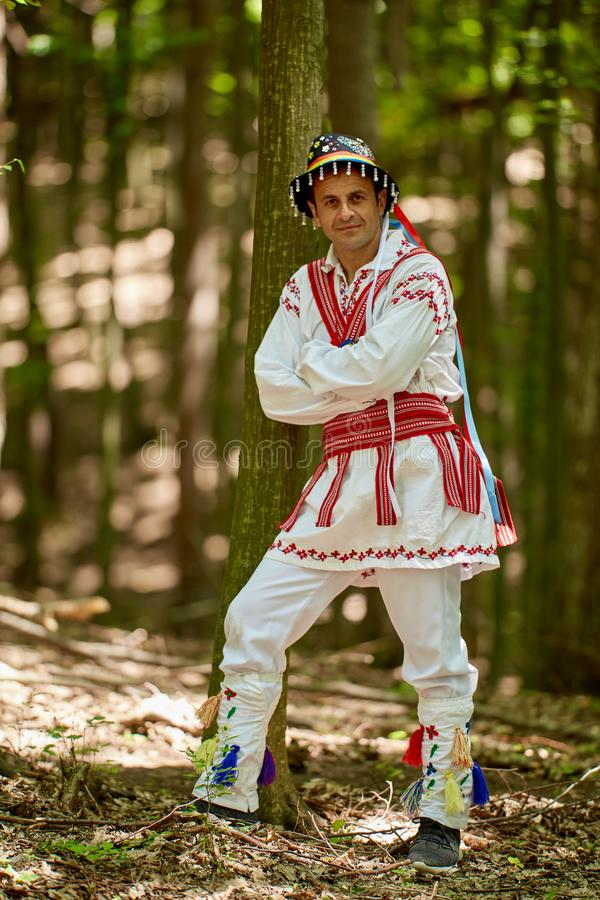 Homme roumain dans le costume traditionnel images stock