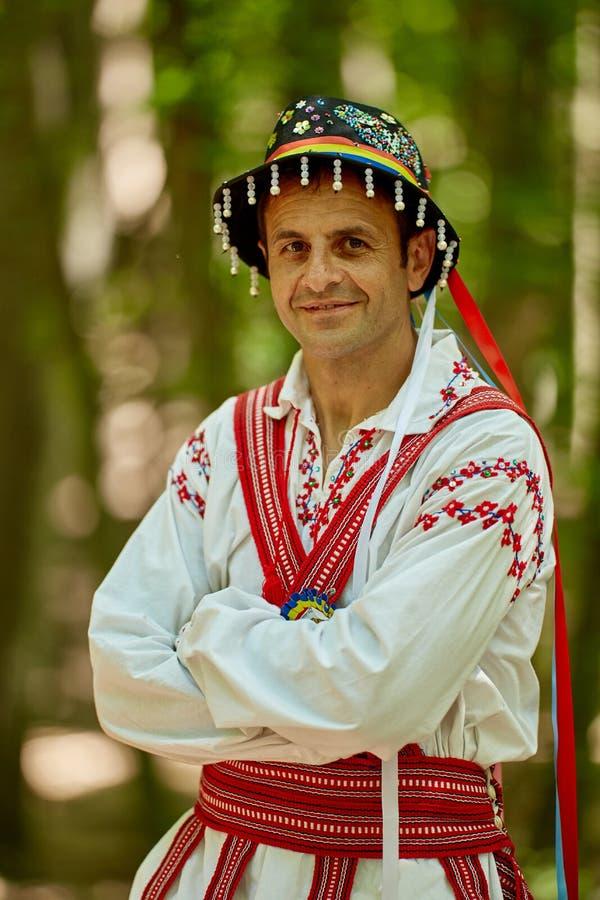 Homme roumain dans le costume traditionnel image stock