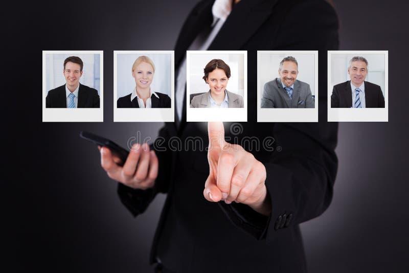 Homme sélectionnant une photo de profil photo libre de droits