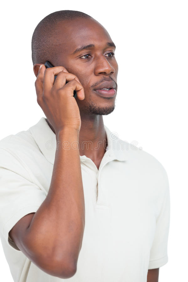 Homme sérieux au téléphone photographie stock
